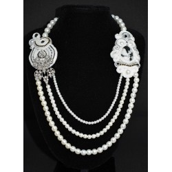 Collier en perles blanches et médaillons de cotés en soutaches