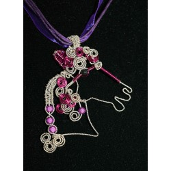 "Collier en wire wrapping et perles ""cheval"""