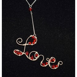 Collier en wire wrapping  «love» , swarovski rouge